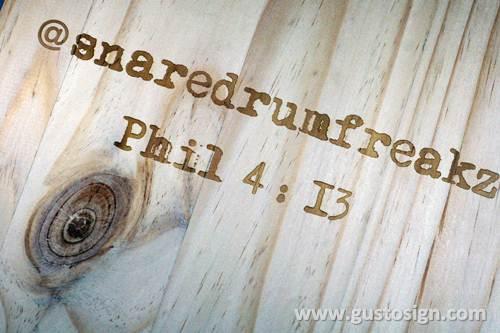 Grafir di kayu pinus - gusto sign (1)