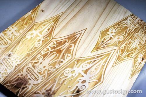 Grafir di kayu pinus - gusto sign (5)