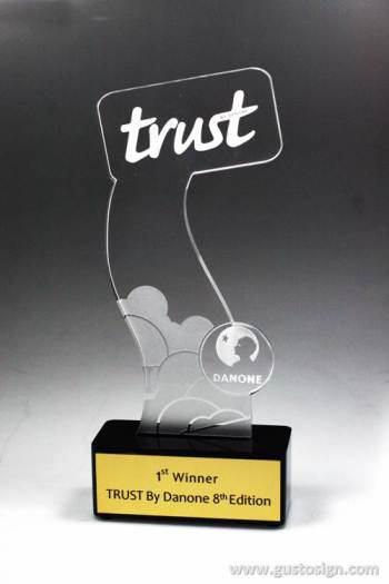 acrylic trophy - gusto sign (4)