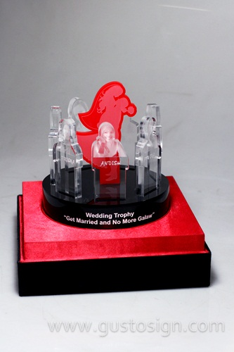 wedding trophy acrylic - gusto sign (3)